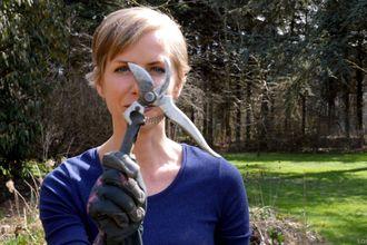 Angelika Ert-Marko mit Gartenschere für Erd-Geflüster