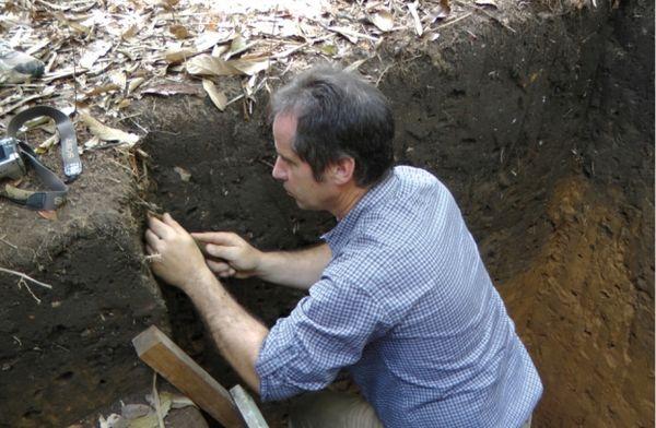Gerald Dunst am Amazonas bei einem original Terra Preta Bodenprofil