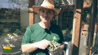 Gerald Dunst zeigt wie man Anzuchterde selber herstellen kann - oder wie es Sonnenerde macht
