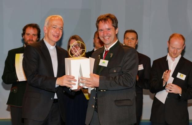 Gerald Dunst nimmt den Trigos Award 2014 entgegen