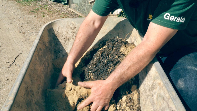 Jeder kann mit einem guten Hauskompost und einem beliebigen Sand seine Anzuchterde selbst herstellen