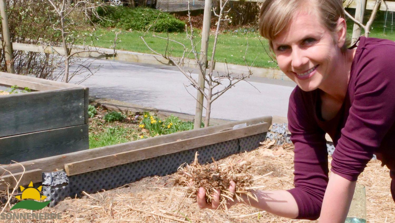 Angelika Ertl-Marko mit der Mulchschicht für den Naturgärtner in der Hand