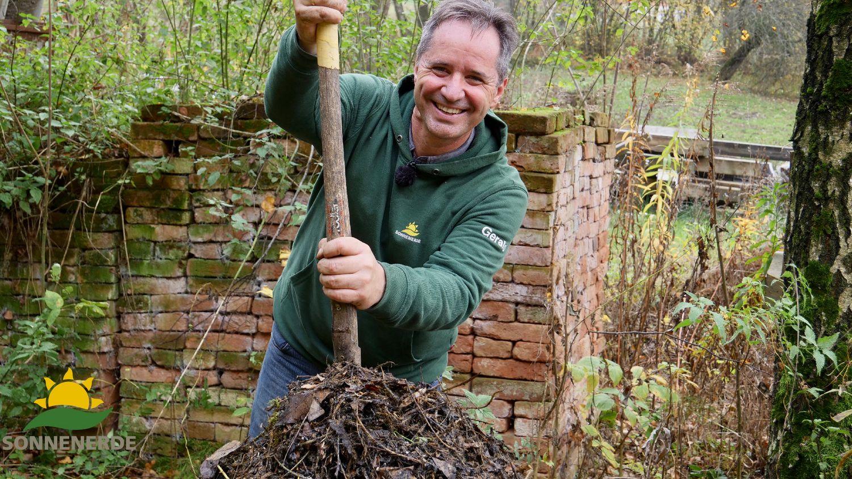 Gerald Dunst zeigt im 2ten Teil der Serie Kompostierung im Hausgarten wie man den Kompost richtig umsetzt und kontrolliert
