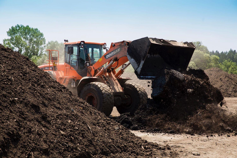 Großer Radlader bewegt gerade 5 m3 Kompost