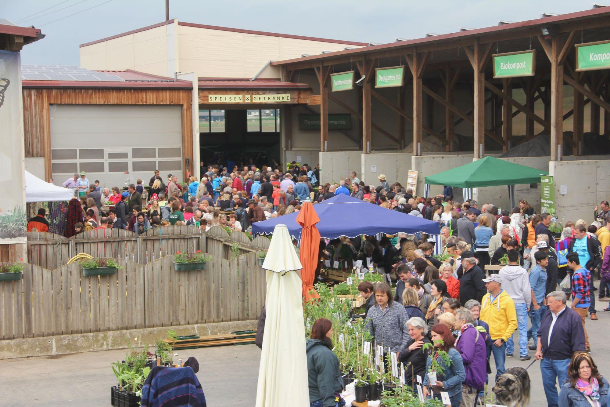 Übersicht über den Pflanzenmarkt beim Tag der offenen Tür bei Sonnenerde