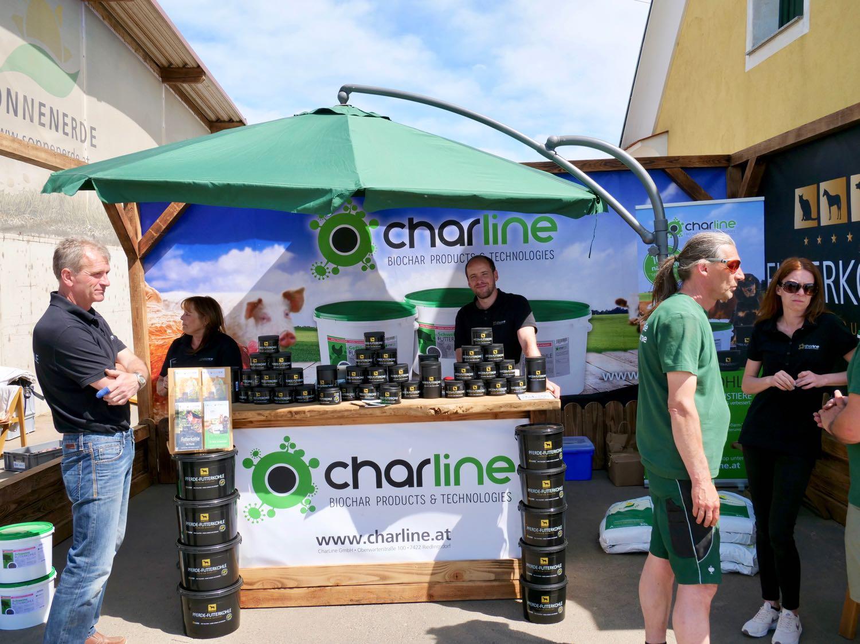 CharLine Messestand mit Futterkohle beim Tag der offenen Tür bei Sonnenerde